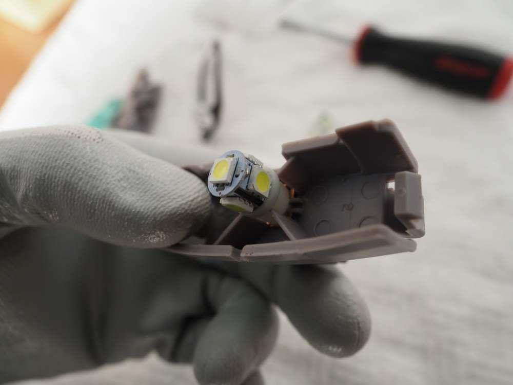 ライセンスランプユニットのバルブ交換