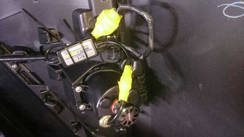 ドライバーと配線をタイラップで固定