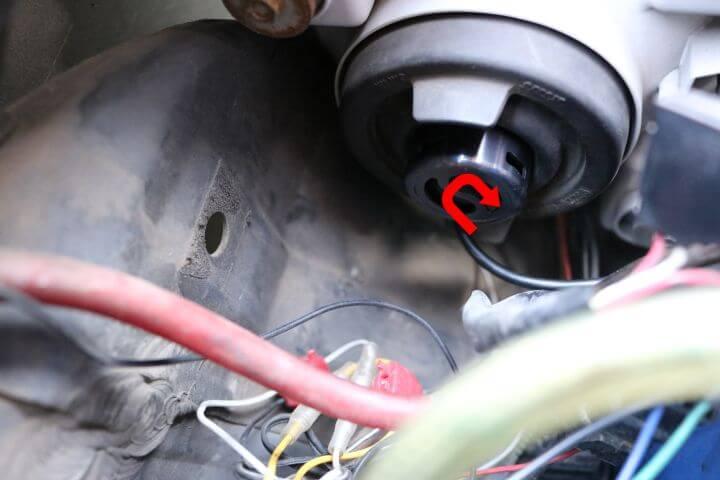 ワゴンRのヘッドライトをLED化_バルブをロックする