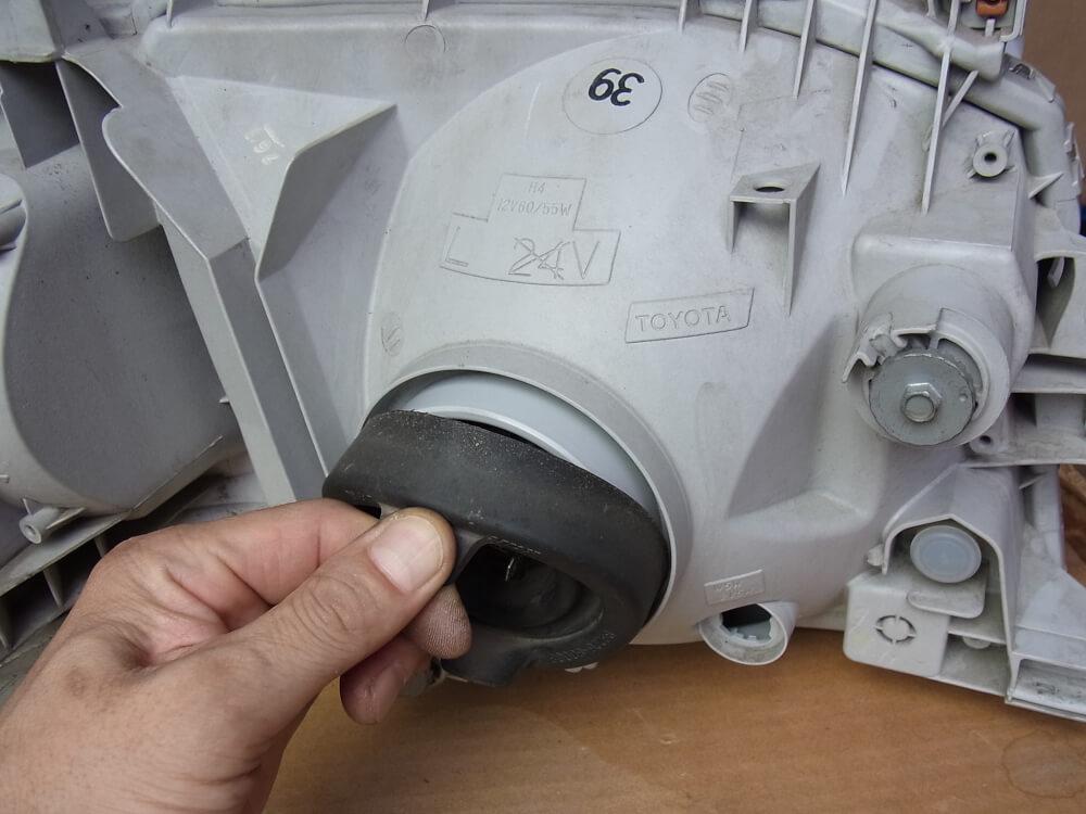 ハイエース200系のヘッドライトをHID化_ライトユニット