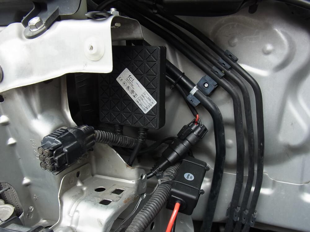 ハイエース200系のヘッドライトをHID化_バラスト設置
