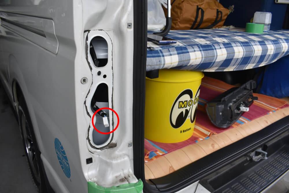 【交換方法】200系ハイエース テール&ストップランプをLED化_コネクター取外し