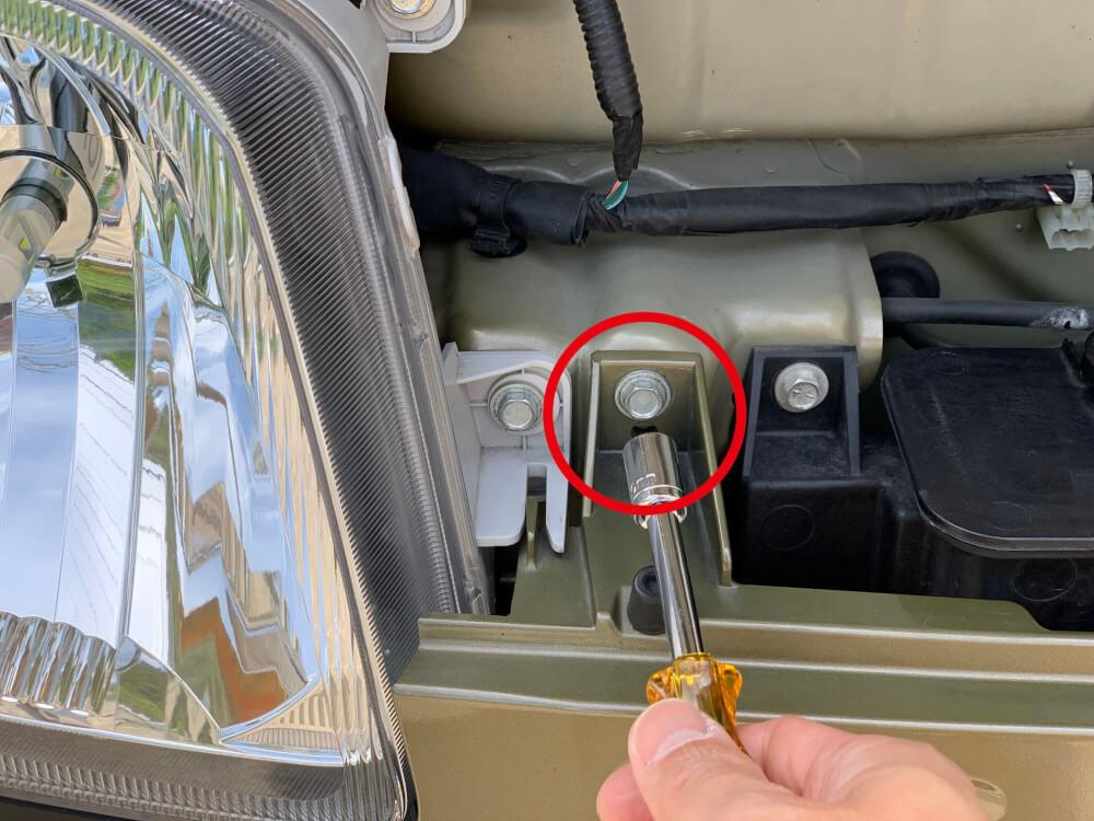 ハイゼットカーゴ S331V ヘッドライトをLED化_ボルト取外し