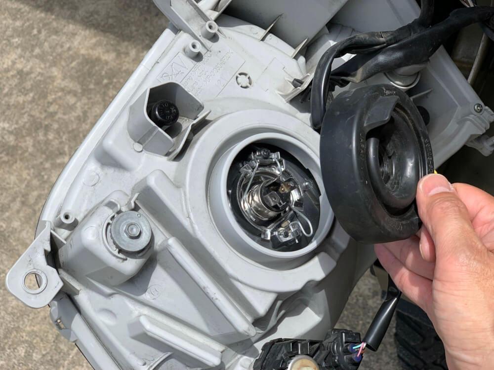 ハイゼットカーゴ S331V ヘッドライトをLED化_防水カバー取外し
