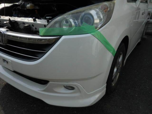 ヘッドライトに保護テープを張り養生