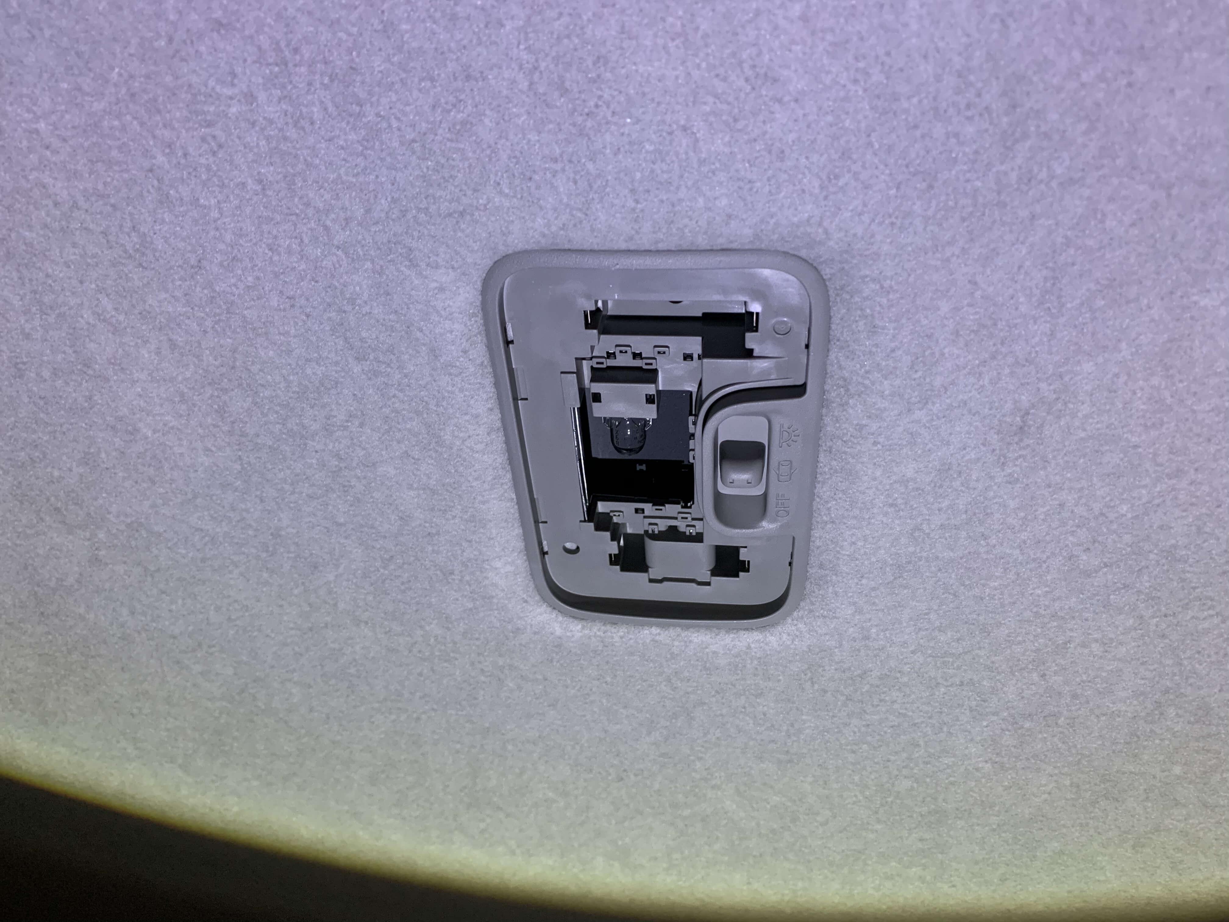 センターランプ 純正ランプを取り外し